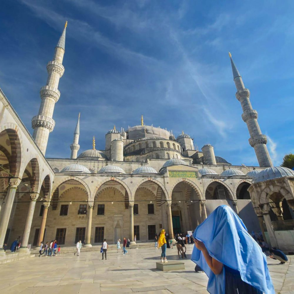 nadia-sys-zabradka-v-siniata-djamia-lady-headscarf-in-blue-mosque-istanbul-turkey
