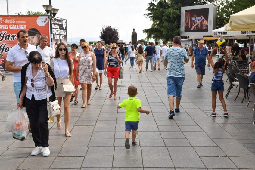 Стефи се разхожда из централните улици на Охрид