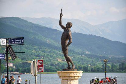 Статуя пред Охридското езеро