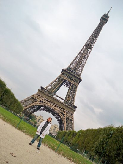 Надя пред Айфеловата кула