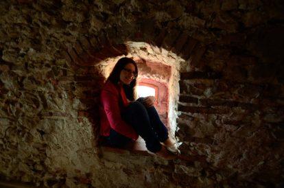 Надя зад крепостните стени в крепостта Ръшнов
