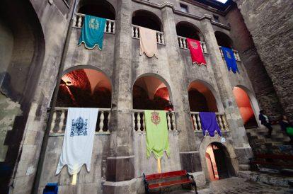 Знамена в замъка Хуняди