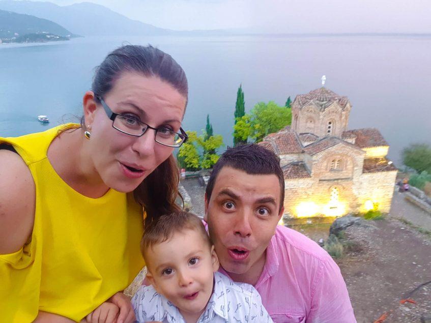 """Толеви пред църквата """"Свети Йован Канео"""" в Охрид"""