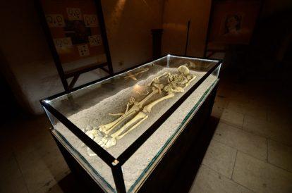 Скелет на човек в замъка Корвин