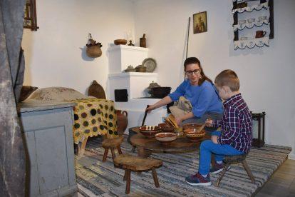 Майка и дете в битова стая на музей