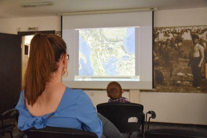 Надя и Стефи гледат късометражен филм за рибарската махала на Тутракан