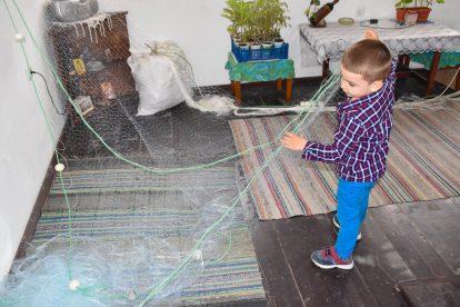 Стефи плете рибарска мрежа